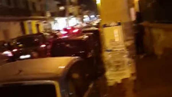 Inferno di fuoco in centro: auto avvolta dalle fiamme, ragazzi in fuga I VIDEO