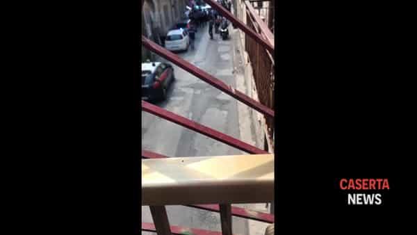 Clamoroso blitz in centro: 30 uomini di polizia e carabinieri fanno irruzione in una casa | VIDEO
