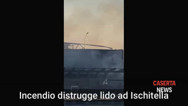 Le fiamme distruggono il Lido Verde   VIDEO
