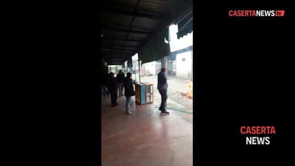 Occupazione e fiamme nel mercato ortofrutticolo, esplode la rabbia degli operatori | VIDEO