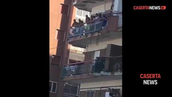 Il video del lancio della sedia che ha scatenato la guerriglia nella 'zona rossa'
