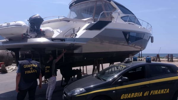 Lo yatch posto sotto sequestro dalla Guardia di Finanza