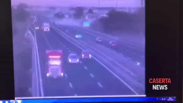 Tir si ribalta in autostrada dopo lo schianto | IL VIDEO