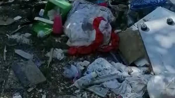 """""""Noi costretti a vivere tra i rifiuti da anni, il Comune metta le foto trappole"""" I VIDEO"""