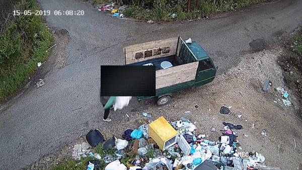 Rifiuti abbandonati in strada: incastrati dalle nuove telecamere | VIDEO