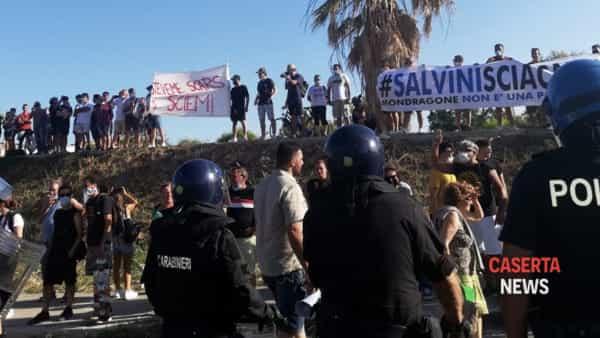 Cori e striscioni contro Salvini. Tensione con le forze dell'ordine che 'respingono' i manifestanti | VIDEO