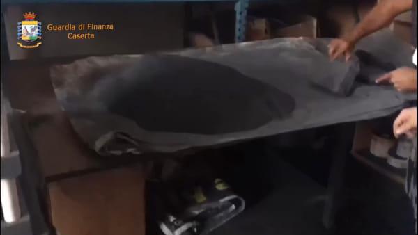 Il video del blitz della Finanza nella fabbrica illegale dei 'Cobra'