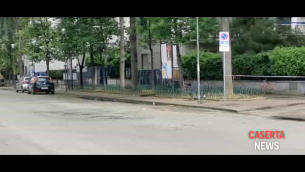 Allarme bomba ad Aversa, gli artificieri aprono la valigetta col robot | VIDEO