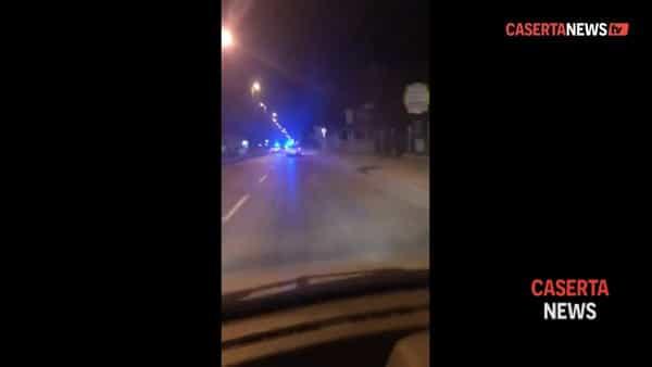 Sperona l'auto della polizia municipale e la manda fuori strada | VIDEO