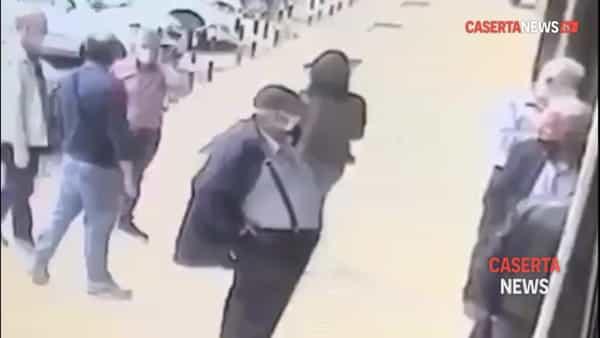 Assalto in banca: 30 secondi per colpire e fuggire | VIDEO