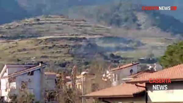 Brucia la montagna, stalla avvolta dalle fiamme I VIDEO