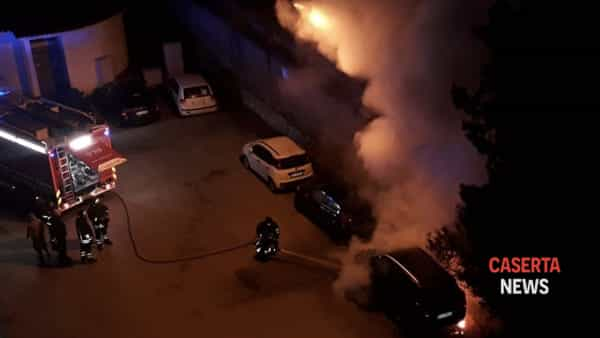 L'incendio dell'automobile in via Collecini a Caserta