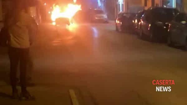 Paura a Caserta, auto va in fiamme in strada | VIDEO