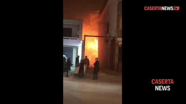 Incendio in 3 depositi, pompiere e carabiniere intossicati dal fumo | VIDEO