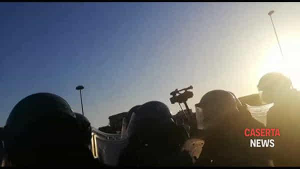 Protesta dopo il comizio 'saltato' di Salvini, manifestanti caricati con i manganelli | VIDEO