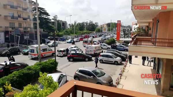 Assalto in banca, 2 feriti portati in ospedale. Ladri in fuga su un'auto grigia   VIDEO