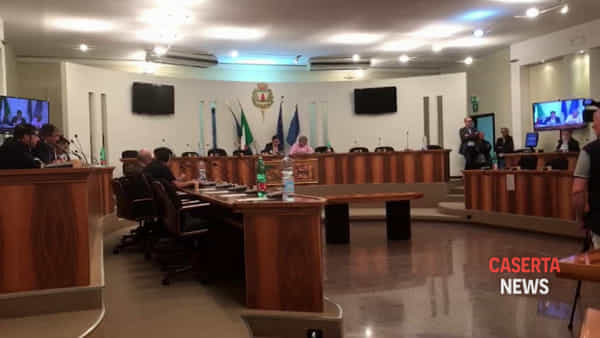 In 14 approvano la sfiducia del sindaco | IL VIDEO DEL VOTO