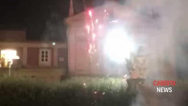 Fuochi d'artificio sotto al comune dopo la sfiducia del sindaco | IL VIDEO