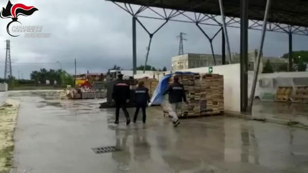 Mercato trasformato in una discarica, arrivano i carabinieri | IL VIDEO