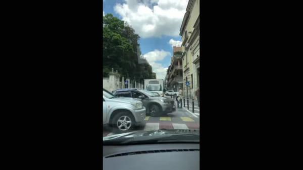 Inversioni ad U e traffilo in tilt: centro bloccato nella nuova Ztl | VIDEO