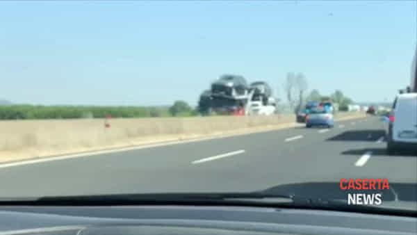 Camion perde carico di auto in autostrada | IL VIDEO