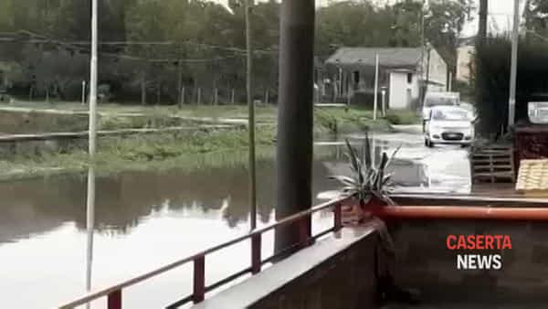 La strada si trasforma in laguna | IL VIDEO