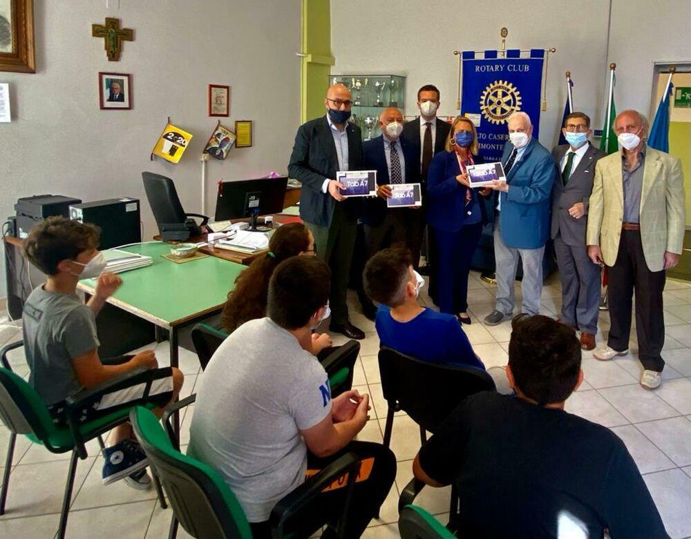 """Il Rotary """"Alto Casertano"""" dona 10 tablet a due scuole"""