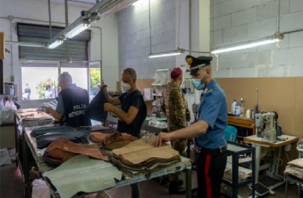 Blitz interforze, scoperta fabbrica di borse e scarpe per il mercato nero   FOTO